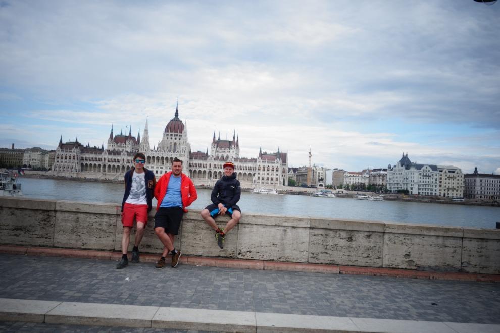Vor dem Parlament in Budapest