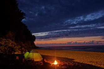 Mit Lagerfeuer am Strand lässt es sich aushalten