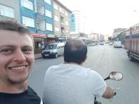 Mit Berk ging es mit dem Motorrad zum Bier holen. Helmpflicht wird in der Türkei nicht so streng genommen