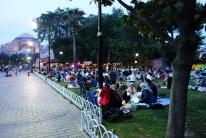 Großes Picknick an der Hagia Sophia und alle warten darauf das es dunkel wird und Sie Essen können.
