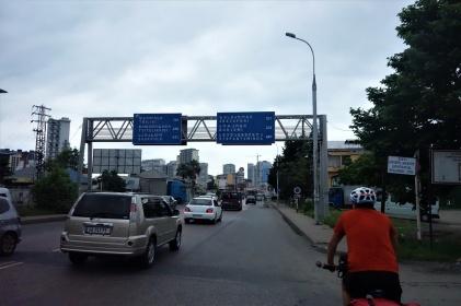 Einfahrt nach Batumi mit ziemlich komischen Buchstaben auf den Schilder