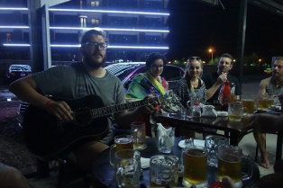 Tomak Besitzer des Hostel an der Gitarre