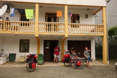 Kurz vor der Abfahrt aus dem Hostel zusammen mit Koch Vitali und Lesley aus Kanda