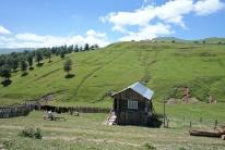 Einfache Holzhäuser in denen die Menschen leben