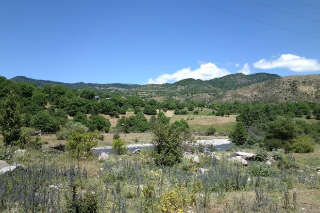 Karge Landschaft auf der anderen Bergseite