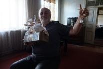 Mit seiner Box voller Briefe