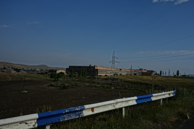 Wir haben viele verlassene Häuser und Fabriken passiert