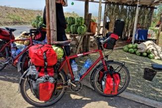 Franks Fahrrad wurde dann mal schnell mit der 7 Kg Melone beladen. Fällt ja nicht weiter ins Gewicht!!
