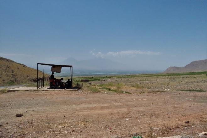 Schatten in der brütenden Hitze aber mit Blick auf den Ararat