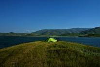 Wir schlugen unsere Zelt auf einer kleinen Landzunge auf und hatten so einen grandiosen Blick auf die Berge