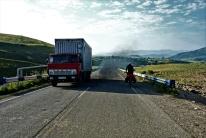 Vorallem an den Anstiegen blasen die LKWs ordentlcih Abgase raus. So das meist erst mal nur Luftanhalten hilft.