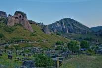 Der Firedhof in Goris wird umringt von den Markanten Sandsteinfelsen.