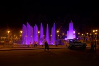 Am großen Wasserbecken in Kapan findet wie in Yerivan jeden Abend im Sommer ein Wassershow mit Licht und Musik statt. Finden wir wirklich toll und zudem sind auch unmenegen an Menschen auf den Straßen unterwegs