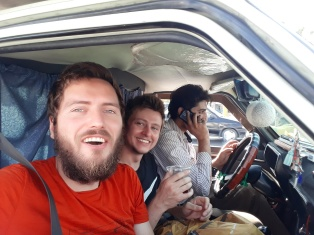 Auf dem Weg zum Flughafen.Wir durften hier zu zweit auf einem Sitz Platznehmen und haben vom Fahrer sogar noch Tee gesponsert bekommen.