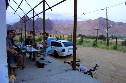 Abendessen im Samuel Hostel mit Blick rüber in den Iran