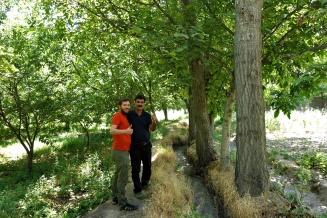Hosein führte uns durch seinen kompletten Garten