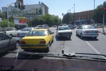 Das Taxi macht hier gerade die 5te Spur von eigentlich nur drei auf