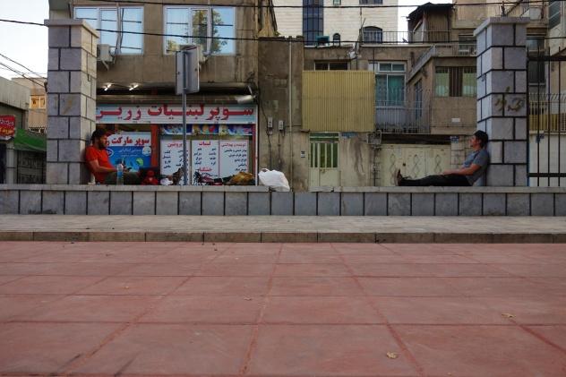 Warten in Teheran am frühen morgen bis wir unsere Bikes abholen können