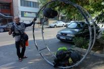 Shahin mit seinem voll beladenen Rhönrad das ca. 100kg wiegt. Das rollt er dann munter vor sich her.