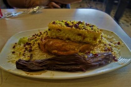 Safran Reis mit Hänchen.Riesenportionen im ältesten Restaurant Tehrans. Was da ein wenig ausgedürrt aussieht ist eine Aubergine. War bis auf die Aubergine sehr lecker.