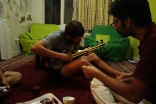 Patrick spielt auf Saied's Ud. Eine Iranisches Zupfinstrument ähnlich einer Gitarre.