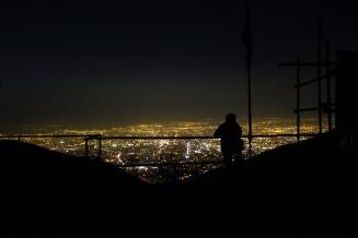 Patrick genießt den grandiosen Ausblick von der Shirpala Plattform auf Teheran.