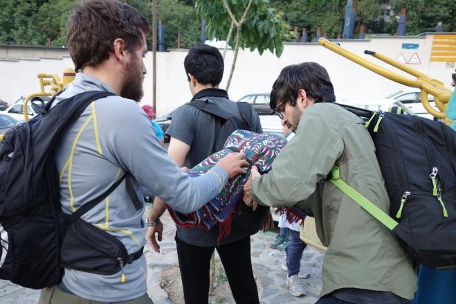 An Hassans Rucksack musste erst mal der Teppich irgendie befestigt werden