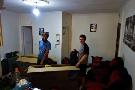 Beim Einpacken haben wir Hassan's ganze Wohnung in Beschlag genommen