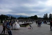 Ein großer Park in Almaty, in dem an fast jeder Ecke Hochzeitsfotos geschossen wurden
