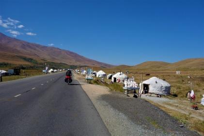 Entlang an vielen Jurten in denen die Nomaden ihre Erzeugnisse verkaufen