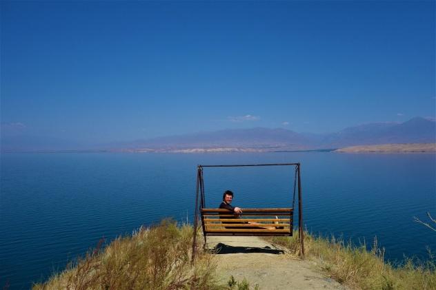 Mittagspause auf einer einsamen Hollywoodschaukel am Toktogul See