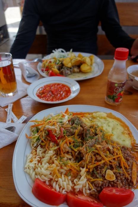 Zum Mittag gibt immer tradionelle Kirgisische Küche