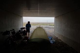 Schlafen unter der Brücke haben wir nun auch hinter uns.