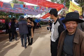 In Taoyang war zur Zeit unseres Aufenthalts Mondfest. Nachdem der nette Herr mit Zahnlücke die Kamera entdeckte legte er gleich mit Tanzen los