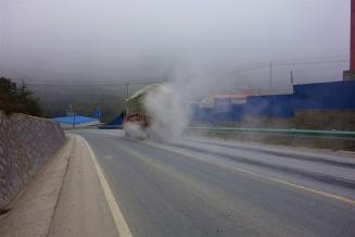 Die Lkw Bremsen werden hier vor Überhitzung beim Bergabfahren während der Fahrt mit Wasser besprüht und das bei Außentemperaturen um die 0°C
