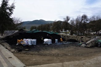 In jedem Dorf gibt's mehere Kohle Lager Plätze von welchem die Bewohner die Säcke nach transportieren.