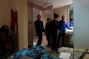 Besuch der Handwerker plus Hotelmanagerin. Der Besuch im Zimmer war reine Neugier