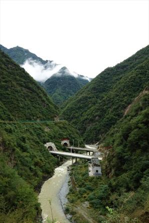 Die Autobahn durch das Qinling Gebirge besteht Hauptsächlich aus Tunneln und Brücken
