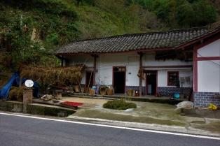 Typisches Chinesisches Haus in der Region Sichuan. Mais, Reis und Chilischoten werden vor dem Haus getrocknet