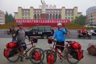 Ankunft in Chengdu am Tianfu Platz mit großer Mao Statue im Hintergrund