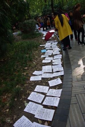 Dating in China. Hier liegen Kontaktanzeigen aus die von Eltern erstellt werden um ihre Kinder unter die Haube zu bringen. Sehr bizarr!!!