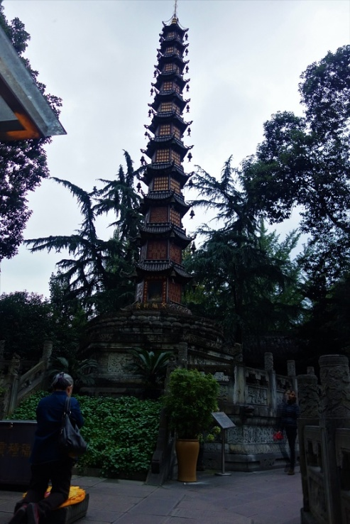 Betende Chinesen im Wenshu Kloster