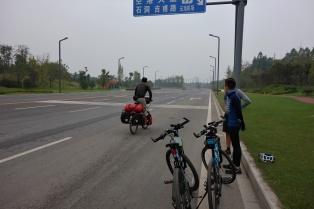 Die jungs mussten feststellen das es gar nicht so einfach ist mit den schweren Bikes zu fahren
