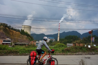 Da fährt man durch wirklich durch beeindruckende Landschaften bergauf und wenn man oben ankommt sieht man dann das, so ist eben in China