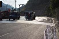 Hier wird versucht durch das Wässern der Straße die Staubbelastung zu verringern. Hilft meist nur nicht lange