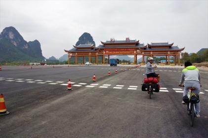 Zusammen mit Qang sind wir ein Stück Richtung Yangshuo geradelt