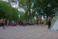 Viele Vietnames Spielen Federfußball.