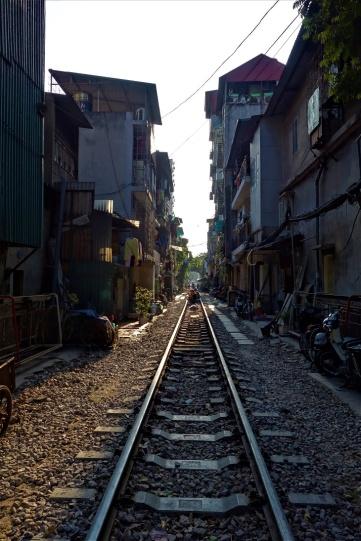 Während der Bahnverkehr ruht kann man sich ein Kaffee im Gleisbett gönnen.