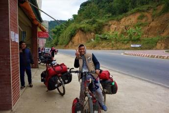 Der Junge Vietnamese war schwer begeistert nach einer kurzen Probefahrt