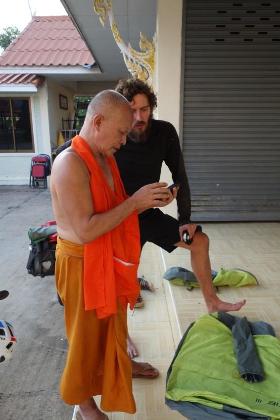 Dieser Mönch war sehr an unserer Route interesiert